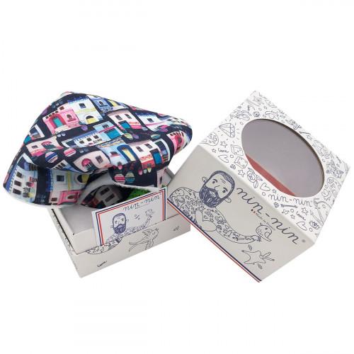 Cube doudou Santorin représentant des petites maisons colorées. Cadeau personnalisable et made in France. Nin-Nin