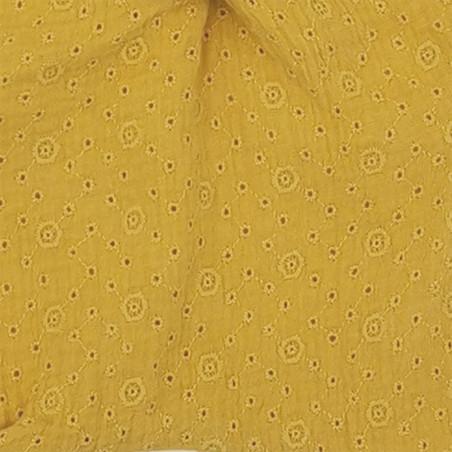 Zoom doudou Le Gordes. Tissu jaune brodé et ajouré. Cadeau de naissance personnalisé et made in France. Doudou Nin-Nin