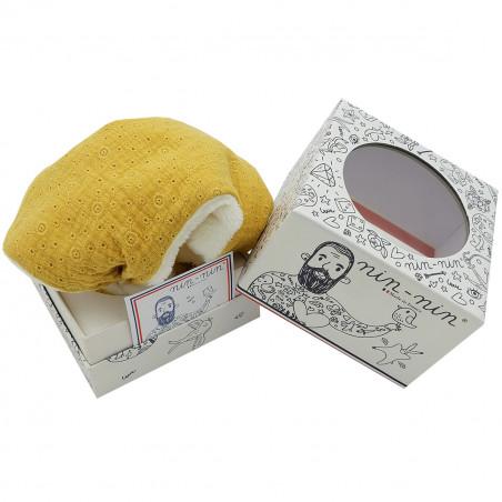 Boite cadeau doudou Le Gordes. Tissu jaune brodé et ajouré. Cadeau de naissance personnalisé et made in France. Nin-Nin
