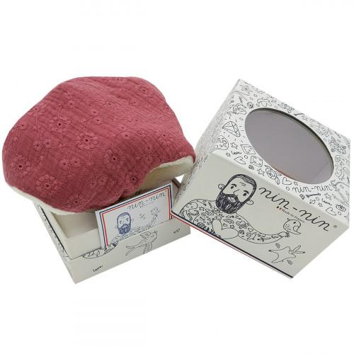 Boite cadeau doudou Le Sorgues. Tissu pourpre brodé et ajouré. Cadeau de naissance personnalisé et made in France. Nin-Nin