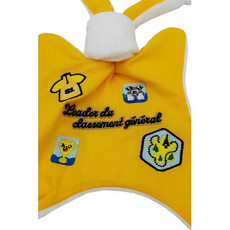 Zoom doudou Le leader du Tour 2021 maillot jaune. Cadeau de naissance personnalisé et made in France. Doudou Nin-Nin
